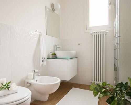 Foto e idee per bagni di servizio bagno di servizio con top in vetro - Piastrelle bagno bianche ...