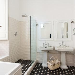 Esempio di una stanza da bagno padronale mediterranea con vasca da incasso, doccia ad angolo, piastrelle bianche, piastrelle diamantate, pareti bianche, lavabo a colonna, pavimento nero e doccia aperta