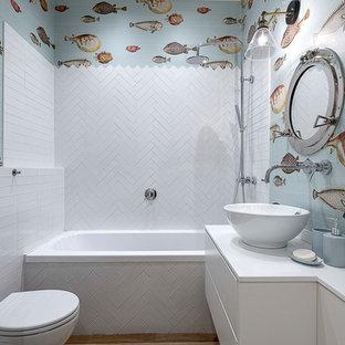 Ispirazione per una stanza da bagno costiera con ante lisce, ante bianche, vasca da incasso, piastrelle bianche, pareti multicolore, lavabo a bacinella, doccia aperta e top bianco