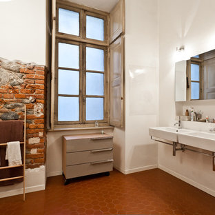Ispirazione per una grande stanza da bagno minimal con ante lisce, ante beige, pareti bianche, pavimento in terracotta e lavabo sospeso