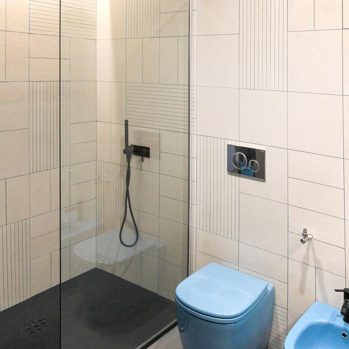 """L'ampia zona doccia in nicchia, anch'essa illuminata dall'alto con luce a Led """"a cascata"""", è caratterizzata da un piatto in tecnogel finitura ardesia di ben 150 cm di larghezza e 90 cm di profondità,"""