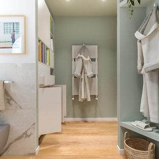 На фото: ванная комната среднего размера в скандинавском стиле с плоскими фасадами, светлыми деревянными фасадами, угловым душем, раздельным унитазом, черно-белой плиткой, керамогранитной плиткой, разноцветными стенами, светлым паркетным полом, настольной раковиной, столешницей из ламината, душем с распашными дверями, белой столешницей, нишей, тумбой под одну раковину, подвесной тумбой и многоуровневым потолком с