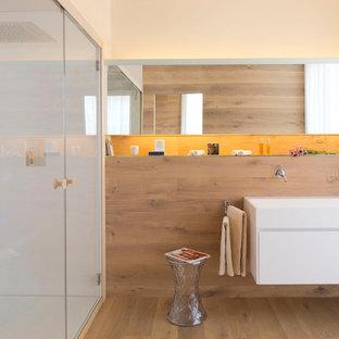 Idee per una stanza da bagno contemporanea con ante lisce, ante bianche, doccia alcova, piastrelle bianche, pareti beige, pavimento in legno massello medio, lavabo rettangolare, pavimento marrone e top bianco