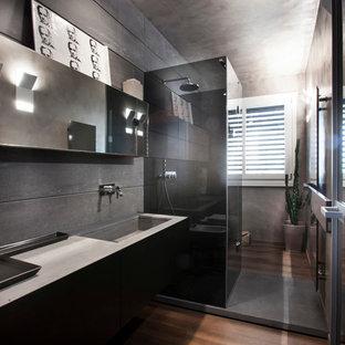 Ispirazione per una grande stanza da bagno con doccia minimal con ante lisce, pareti grigie, pavimento in legno massello medio e lavabo integrato