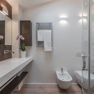 Foto di una stanza da bagno contemporanea con piastrelle multicolore, pavimento in legno massello medio, lavabo integrato, pavimento marrone, top bianco, due lavabi, mobile bagno sospeso e soffitto a volta