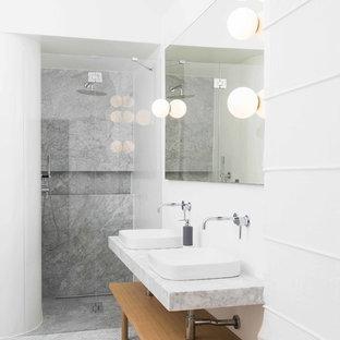 Stanza da bagno con piastrelle di marmo foto idee arredamento - Piastrelle grigie bagno ...