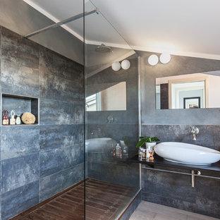 Idee per una stanza da bagno con doccia contemporanea di medie dimensioni con doccia alcova, piastrelle grigie, pareti grigie, lavabo a bacinella e doccia aperta