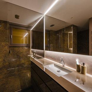 Foto di una grande stanza da bagno con doccia design con doccia ad angolo, lastra di pietra, pareti bianche, lavabo integrato e porta doccia a battente