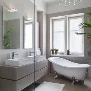 Foto di una stanza da bagno design con ante lisce, ante grigie, vasca con piedi a zampa di leone, pareti grigie, lavabo a bacinella, pavimento grigio e top grigio