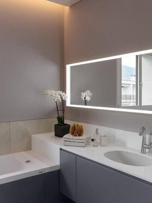 Kleines Modernes Badezimmer En Suite Mit Lila Schränken, Whirlpool, Rosa  Wandfarbe, Porzellan