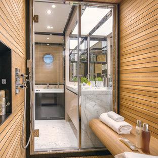 Immagine di una sauna minimal con parquet chiaro, ante lisce e top in marmo