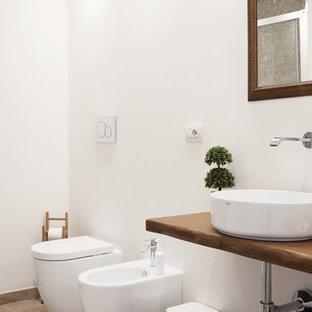 Idee per una stanza da bagno design con bidè, pareti bianche, lavabo a bacinella, top in legno, pavimento beige e top marrone