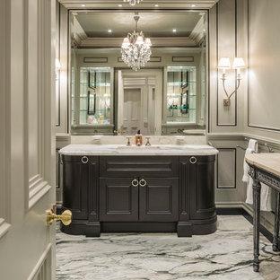 Idéer för vintage badrum, med en kantlös dusch, ett urinoar, vita väggar, marmorgolv, ett undermonterad handfat och dusch med gångjärnsdörr