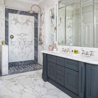 Ispirazione per una stanza da bagno padronale classica con pavimento in marmo, lavabo sottopiano, doccia aperta, top bianco, ante con riquadro incassato, ante blu, doccia aperta, piastrelle blu, piastrelle bianche, piastrelle di marmo, pavimento bianco e top in marmo