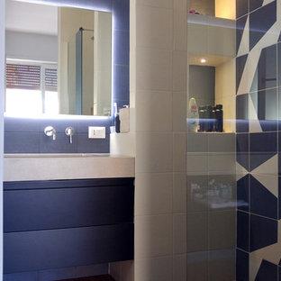 6e0e3cf3be Foto di una stanza da bagno design con ante beige, WC sospeso, piastrelle  blu