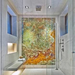 Ispirazione per una stanza da bagno padronale moderna con lastra di pietra, pavimento in marmo, doccia alcova, piastrelle grigie e porta doccia a battente
