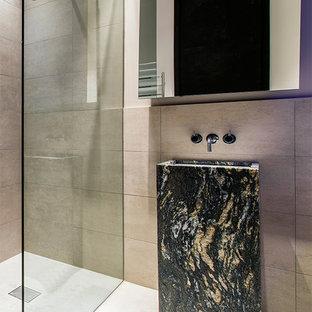 Idee per una stanza da bagno padronale minimalista con pareti beige, lavabo a colonna, top in marmo, top nero, doccia a filo pavimento, piastrelle marroni, pavimento beige e doccia aperta