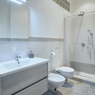 Ispirazione per una stanza da bagno con doccia minimalista di medie dimensioni con ante lisce, ante in legno chiaro, doccia alcova, WC sospeso, piastrelle bianche, piastrelle grigie, piastrelle in ceramica, pareti bianche, pavimento con piastrelle in ceramica, lavabo integrato e doccia con tenda