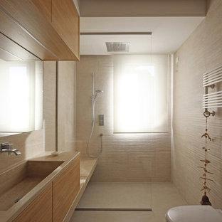 Exemple d'une salle d'eau moderne de taille moyenne avec un placard à porte plane, des portes de placard en bois clair, une douche à l'italienne, un WC suspendu, un carrelage beige, des carreaux de porcelaine, un mur beige, un sol en bois brun, un lavabo intégré, un plan de toilette en marbre, aucune cabine, un sol beige et un plan de toilette rose.