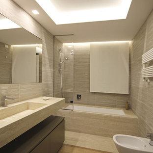 Diseño de cuarto de baño con ducha, moderno, de tamaño medio, con armarios con paneles lisos, puertas de armario de madera clara, ducha a ras de suelo, sanitario de pared, baldosas y/o azulejos beige, baldosas y/o azulejos de porcelana, paredes beige, suelo de madera en tonos medios, lavabo integrado, encimera de mármol, suelo beige, ducha abierta y encimeras rosas