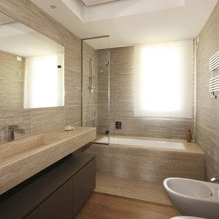 Неиссякаемый источник вдохновения для домашнего уюта: ванная комната среднего размера в стиле модернизм с плоскими фасадами, инсталляцией, бежевой плиткой, керамогранитной плиткой, бежевыми стенами, паркетным полом среднего тона, душевой кабиной, мраморной столешницей, светлыми деревянными фасадами, душем без бортиков, монолитной раковиной, бежевым полом, открытым душем и розовой столешницей