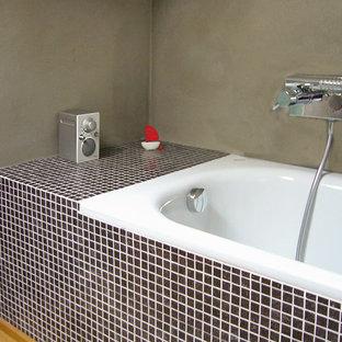 Idéer för att renovera ett litet funkis en-suite badrum, med ett platsbyggt badkar, grå väggar, målat trägolv, brunt golv, en toalettstol med separat cisternkåpa och ett avlångt handfat
