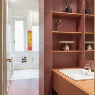 Источник вдохновения для домашнего уюта: ванная комната среднего размера в современном стиле с плоскими фасадами, фасадами цвета дерева среднего тона, красными стенами, накладной раковиной, столешницей из дерева, красным полом, коричневой столешницей, подвесной тумбой, керамогранитной плиткой, душем без бортиков, раздельным унитазом, разноцветной плиткой, полом из керамогранита, нишей, тумбой под одну раковину и многоуровневым потолком
