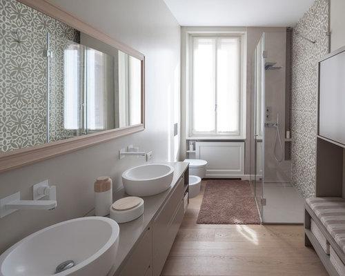Bagno con parquet chiaro e piastrelle di cemento foto idee