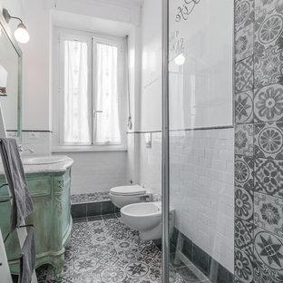 Свежая идея для дизайна: ванная комната среднего размера в стиле шебби-шик с фасадами островного типа, искусственно-состаренными фасадами, инсталляцией, керамической плиткой, белыми стенами, полом из керамической плитки, накладной раковиной и мраморной столешницей - отличное фото интерьера