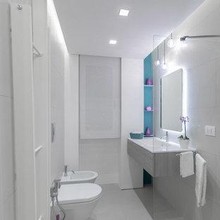 Idee per una piccola stanza da bagno con doccia minimal con doccia ad angolo, pareti bianche, ante lisce, ante grigie, bidè, piastrelle grigie, lavabo integrato, pavimento grigio e doccia aperta