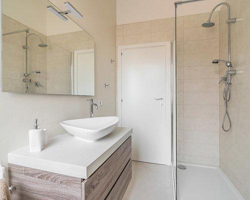Stanza da bagno contemporanea con pavimento con piastrelle in