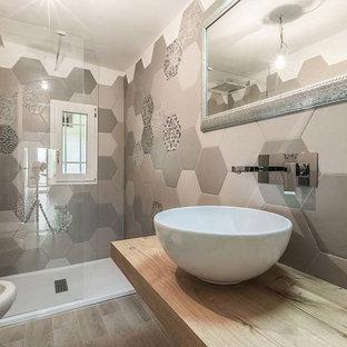 Immagine di una grande stanza da bagno con doccia contemporanea con doccia doppia, WC sospeso, piastrelle beige, piastrelle marroni, piastrelle multicolore, pavimento in legno massello medio, lavabo a bacinella e top in legno
