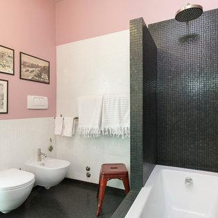 Idee per una stanza da bagno padronale design di medie dimensioni con piastrelle nere, piastrelle bianche, pareti rosa, lavabo integrato, vasca da incasso, vasca/doccia, bidè, pavimento nero e doccia aperta