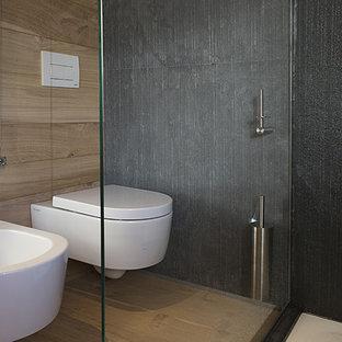 Immagine di una stanza da bagno con doccia contemporanea con WC a due pezzi, pareti nere, pavimento in legno massello medio e pavimento marrone