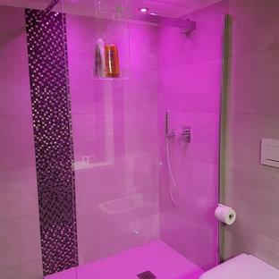Immagine di una stanza da bagno con doccia moderna di medie dimensioni con ante lisce, ante bianche, doccia aperta, WC a due pezzi, piastrelle beige, piastrelle in gres porcellanato, pavimento in gres porcellanato, lavabo a bacinella, top in legno e pavimento nero
