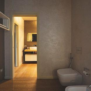 Ispirazione per una grande stanza da bagno padronale minimalista con ante bianche, WC sospeso, pareti marroni, parquet chiaro, lavabo a bacinella, top in legno, pavimento marrone e top giallo