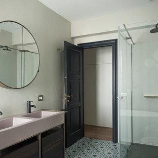 Idéer för att renovera ett stort funkis rosa rosa en-suite badrum, med släta luckor, ett fristående badkar, en dusch/badkar-kombination, en toalettstol med separat cisternkåpa, rosa kakel, mosaik, grå väggar, cementgolv, ett nedsänkt handfat, grönt golv, dusch med skjutdörr, skåp i mörkt trä och bänkskiva i akrylsten