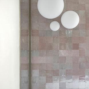 Esempio di una grande stanza da bagno con doccia minimal con vasca freestanding, doccia ad angolo, WC a due pezzi, piastrelle rosa, piastrelle a mosaico, pareti grigie, pavimento in cementine, lavabo da incasso, top in superficie solida, pavimento verde, porta doccia scorrevole, ante lisce, ante in legno bruno e top rosa