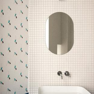 Свежая идея для дизайна: большая главная ванная комната в современном стиле с плоскими фасадами, синими фасадами, накладной ванной, душем над ванной, раздельным унитазом, белой плиткой, плиткой мозаикой, белыми стенами, полом из керамической плитки, настольной раковиной, столешницей из дерева, бежевым полом и синей столешницей - отличное фото интерьера