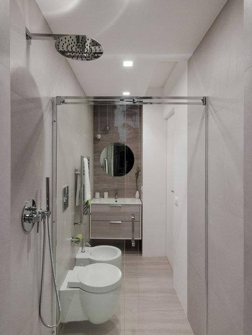 Kleines Modernes Duschbad Mit Flächenbündigen Schrankfronten, Hellen  Holzschränken, Grauen Fliesen, Porzellanfliesen, Grauer