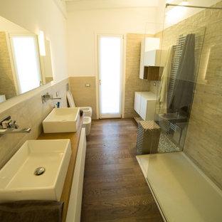 Стильный дизайн: ванная комната среднего размера в стиле модернизм с плоскими фасадами, белыми фасадами, открытым душем, раздельным унитазом, бежевой плиткой, керамогранитной плиткой, бежевыми стенами, темным паркетным полом, душевой кабиной, настольной раковиной, столешницей из дерева, коричневым полом, открытым душем, коричневой столешницей, тумбой под две раковины, подвесной тумбой и балками на потолке - последний тренд