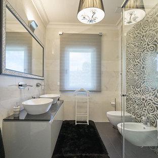 Immagine di una stanza da bagno con doccia contemporanea con ante bianche, top grigio, ante lisce, WC sospeso, pareti beige, lavabo a bacinella e pavimento grigio