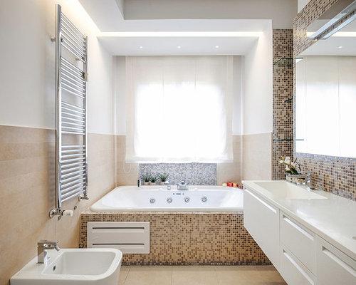 Vasca Da Bagno Doppia Misure : Stanza da bagno contemporanea con ante con bugna sagomata foto
