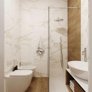 Diseño de cuarto de baño moderno, pequeño, con baldosas y/o azulejos blancos, baldosas y/o azulejos de cerámica y paredes blancas