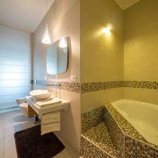 Esempio di una piccola stanza da bagno padronale design con vasca ad alcova, WC sospeso, piastrelle beige, piastrelle in gres porcellanato, pareti beige, pavimento in gres porcellanato, lavabo a bacinella e top in quarzite