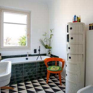 Immagine di una stanza da bagno con doccia minimal con vasca da incasso, piastrelle verdi, pareti bianche, lavabo a colonna, pavimento multicolore e un lavabo