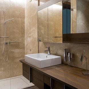 Ispirazione per una stanza da bagno con doccia contemporanea di medie dimensioni con ante lisce, ante in legno bruno, piastrelle beige, lastra di pietra, top in legno, doccia alcova, lavabo a bacinella, top marrone, WC sospeso e pavimento in marmo