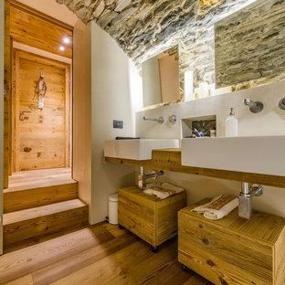 Immagine di una stanza da bagno padronale stile rurale di medie dimensioni con ante lisce, ante in legno scuro, pareti bianche, pavimento in legno massello medio e top in legno
