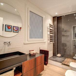 На фото: маленькая ванная комната в стиле лофт с фасадами с филенкой типа жалюзи, черными фасадами, открытым душем, раздельным унитазом, коричневыми стенами, светлым паркетным полом, душевой кабиной, раковиной с несколькими смесителями, бежевым полом и открытым душем с