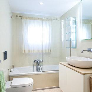 Immagine di una stanza da bagno contemporanea di medie dimensioni con ante lisce, ante bianche, vasca ad alcova, pareti beige, parquet chiaro, lavabo a bacinella, top in legno e doccia aperta